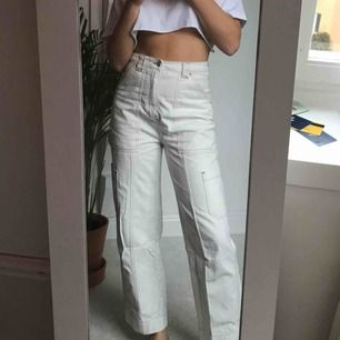 Vita jeans med fickor från Weekday, knappt använda och supersköna!!