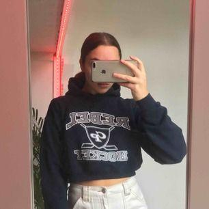 Croppad hoodie i marinblått
