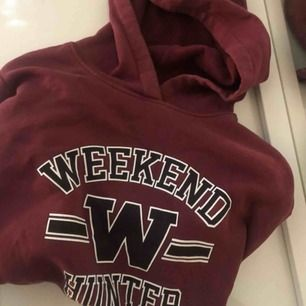 Säljer nu min snygga hoodie från Gina Tricot, pga att den inte används. St XL men mer som en M. 50 kr + frakt eller bud över de om de är fler intresserade💛  Fraktas (köparen står för eventuella fraktkostnader) eller möts upp i stan.  Betalsätt - swish