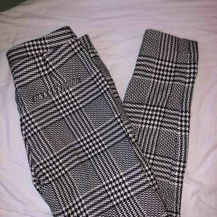 Svartvita kostymbyxor storlek 34! Lite tjockare i materialet, så inte för kalla att ha på höst/vinter.   Frakt står köparen för (ca 50 kr), annars finns de att hämta i Göteborg 🐛