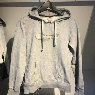 Grå champion hoodie i bra skick Köparen står för frakt