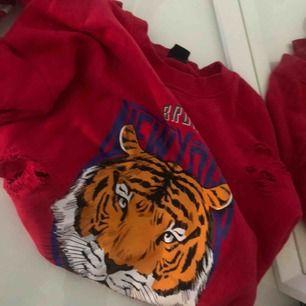 Säljer nu min snygga tröja från Gina Tricot, använd fåtal gånger. Säljs pga att den aldrig används.  Fraktas (köparen står för eventuella fraktkostnader) eller möts upp i stan.  Betalsätt - swish 💛