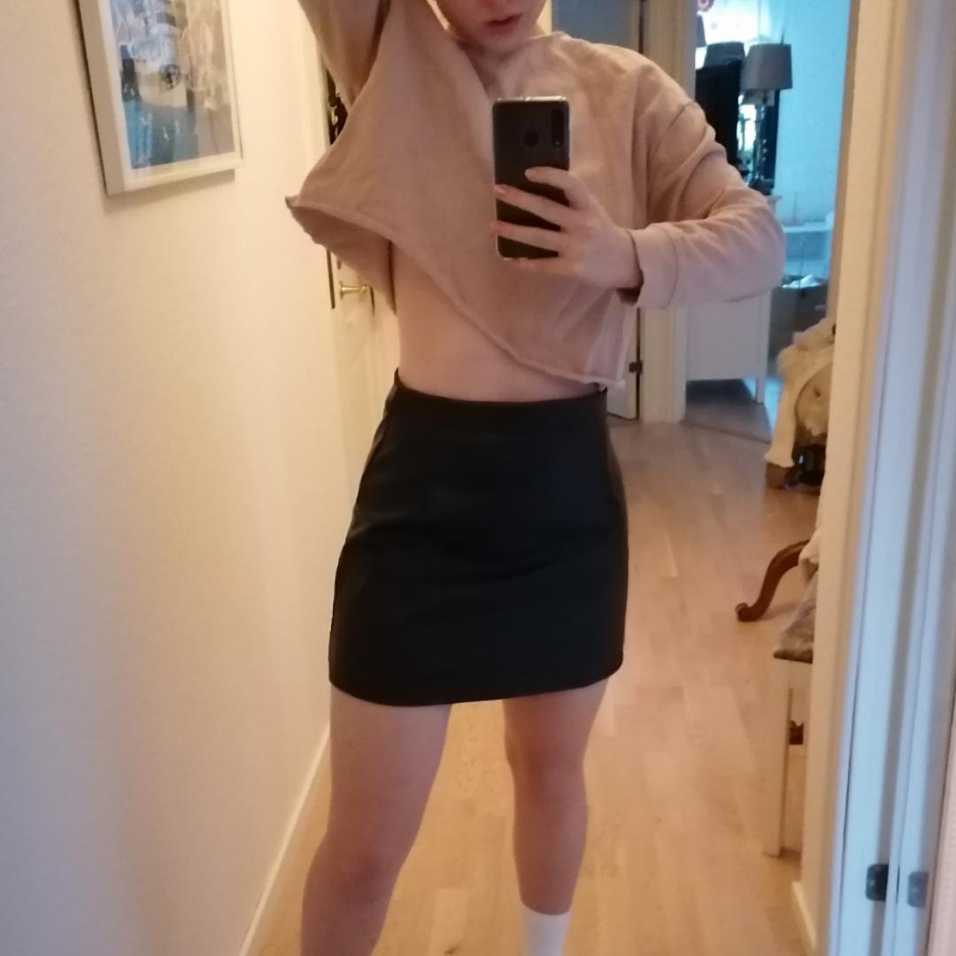 Trendig skinnkjol (vegansk material) i högmidjad modell! Passar mig som har storlek 36-38 i byxor men är stretching! Lite för kort för min smak men alltså såååå snygg och passande nu i vinter! Frakt blir 27kr (tot 100kr är ok) 🌟 (obs! Kan även sälja tröjan för 35kr!). Kjolar.
