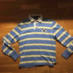 Gant rugbytröja, köptes second hand och är i normalt begagnat skick. Står att den är M men är mer än S!