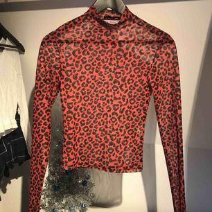 Transparent röd leopard polotröja från Pull&Bear Knappt använt så är som nytt Köparen står för frakten