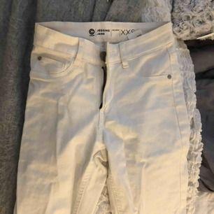 Jätte fina jeans ifrån Cubus, använd fåtal gånger. Säljs pga för små. Skriv gärna för fler bilder!!  Fraktas (köparen står för eventuella fraktkostnader) eller möts upp i stan. Betalsätt - swish 💛