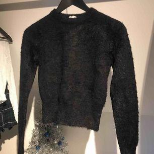 Jätteskön stickad tröja från Zara i väldigt bra skick Köparen står för frakt