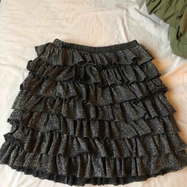 Glittrig kjol perfekt till nyår! Köpt på Zaras barnavdelning i storlek 164, passar mig bra som är en XS 🥂  Frakt kostar ca 45 kronor, annars kan den hämtas i Göteborg! . Kjolar.