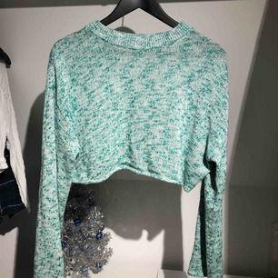 Stickad cropped tröja från H&M i bra skick Långa och raka ärmar Köparen står för frakt