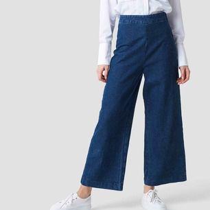 Säljer dessa superfina jeans från NA-KD, som inte går att köpa längre. Sitter snyggt och ger en asfin silhuett. Fint skick utan skador. Möts upp i Sthlm annars tillkommer frakt🥰