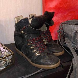SNYGGASTE Isabel Marant skorna på marknaden!! Aldrig sett någon ha likadana!   Svart skinn och röd/svarta skosnören som ger snyggaste kontrasten. Är kär i dessa skorna, men kommer inte mycket till användning 🦋  Hämtas i Gbg/fraktas för 100kr