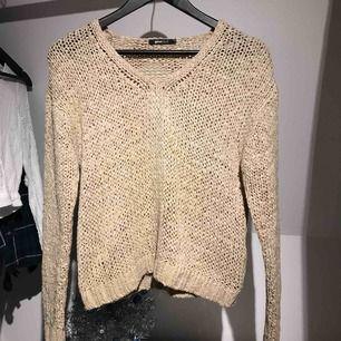 Stickad beige tröja från Gina Tricot Köpare står för frakten