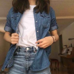 Skön skjorta som går att styla lite hur man vill! Storlek S men skulle nästan säga att det är en xs. Köpt på Zalando.se och har bra kvalitet. Har tyvärr inte fått någon användning av den och där av säljer jag den.  ( frakt står man för själv. :) )