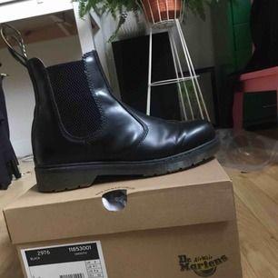 Säljes pga för liten storlek. Använda i en vecka. Köpt ett par nya till mig själv i en större storlek :- )   Material: läder. Nypris: 1300-1700 kr