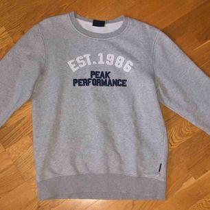 En fin peak performance tröja i strl L. Använd flitigt därav det billiga priset. Liten i storleken, passar bra på mig som i vanliga fall har S/M. 100 kr + frakt