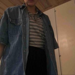 Snygg jeans skjorta kan användas som vår/sommar jacka