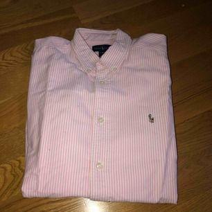 Fin ralph lauren skjorta i bra skick. Storlek 16-18 år) passar xs/s. 100 kr + frakt