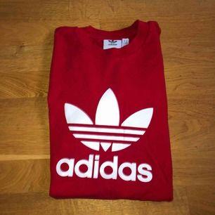 Mysigt Adidas t-shirt i strl XS. Känns dock något större, passar mig bra som har S/M i vanliga fall. Liten sliten på trycket (se bild 2)  80 kr + frakt