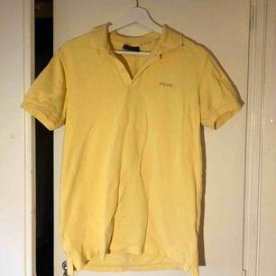 En gul vintage peak performance piké i storlek S! Tycker om denna tröjan mycket men den kommer aldrig till användning. Kan mötas upp i Malmö, annars står köparen för frakt! 😉
