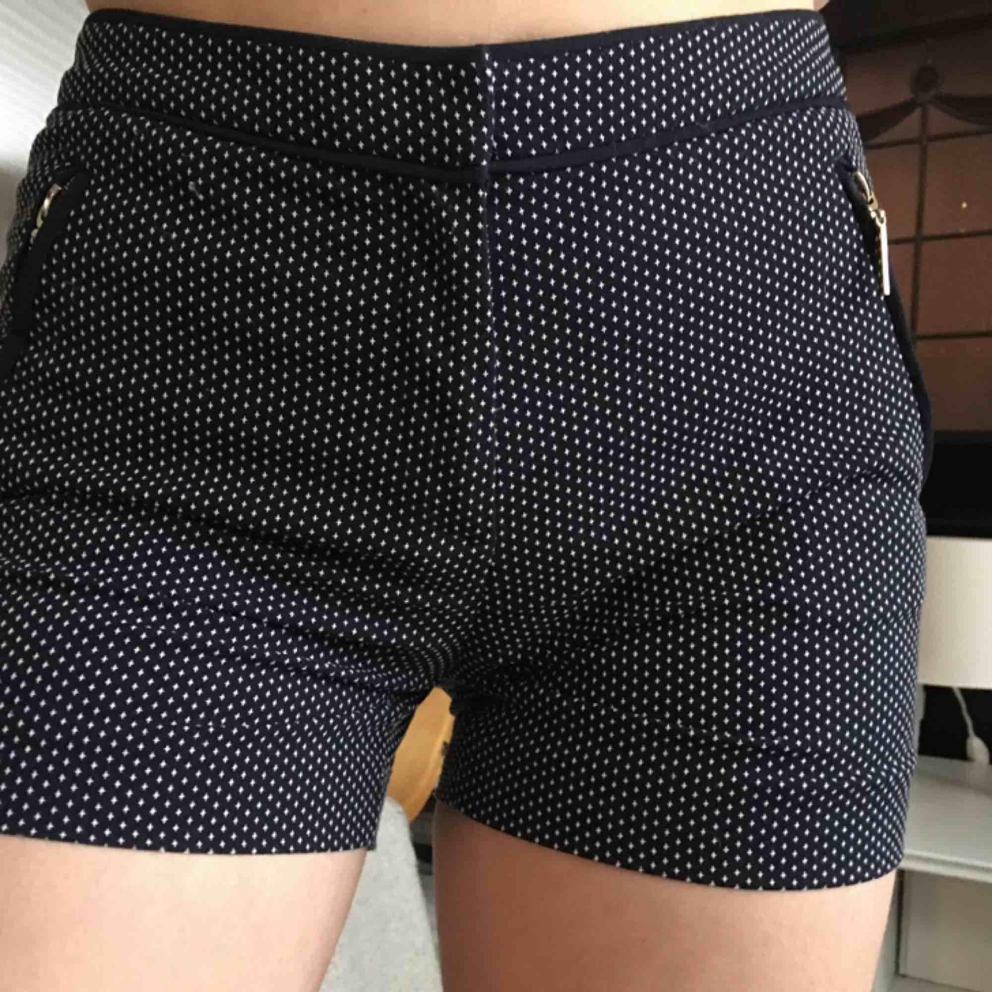 Säljer mina favorit shorts pga att de ej passar längre. Dessa är supersköna och har jättefina detaljer!!. Shorts.