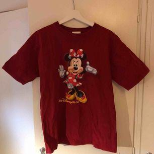Söt over sized t-shirt från Disney world i storlek M, men passar L också!  Kan mötas upp i Malmö, annars står köparen för frakt! 😉