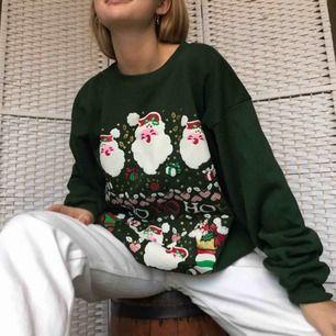 Fett söt ugly Christmas-sweater som passar bra om man vill ha en overzised modell och en mysig jultröja! Köpt second hand. Säljer pga använder inte