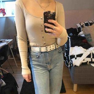 Jätte fin tröja från Gina Tricot som jag säljer eftersom den inte kommer till användning. Mycket fint skick då den bara är använd ca 3 gånger!