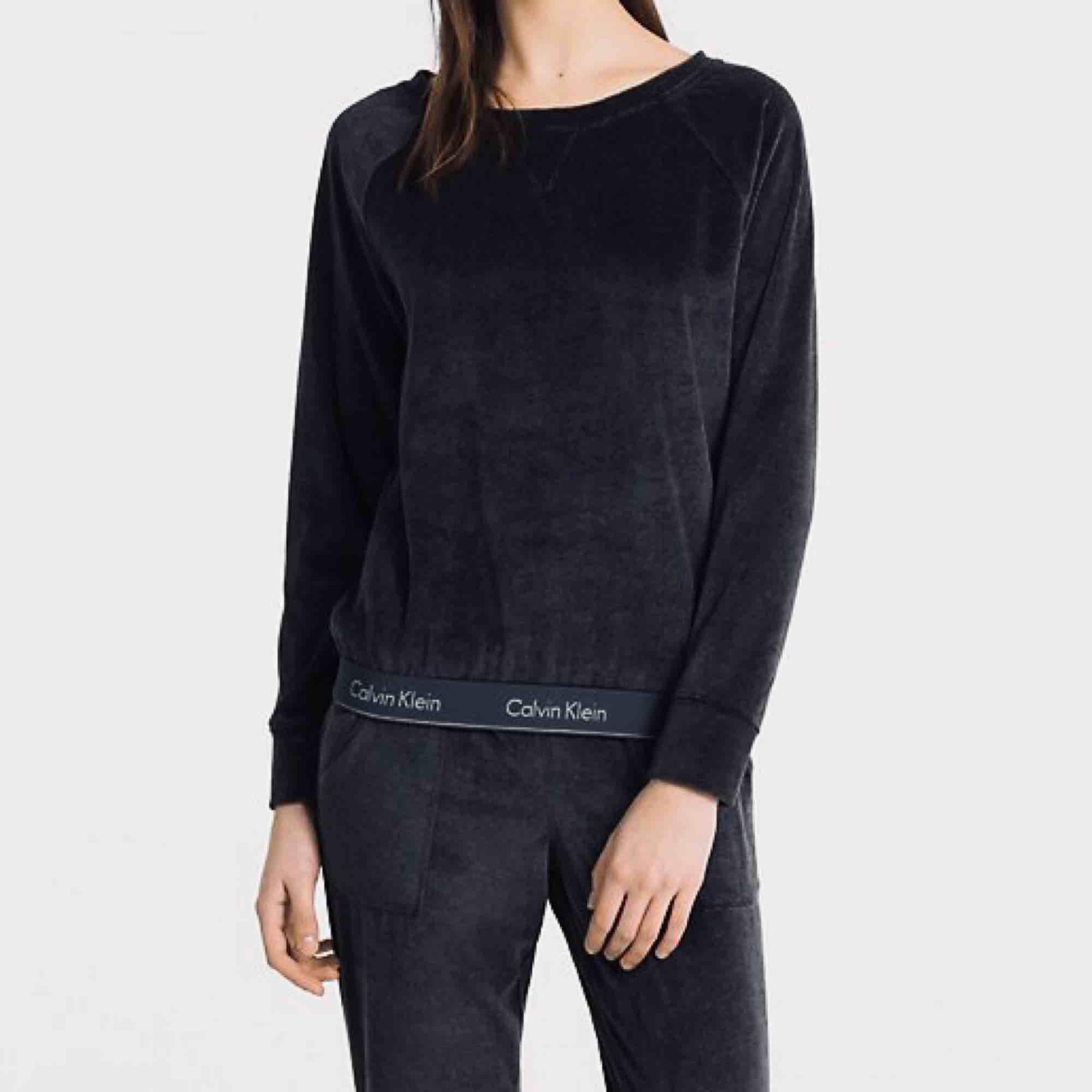 Superskönt mjukisset från Calvin Klein, tröjan är 36 och byxorna 38. Knappt använt! Kan sälja separat också, 300kr för tröja eller byxa. Frakt tillkommer.. Huvtröjor & Träningströjor.