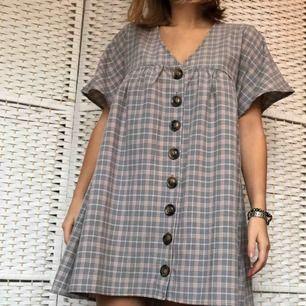 SUPERfin klänning köpt på ASOS, använd ca 2 gånger. Säljer pga den inte kommer till användning. Fint rutigt mönster! Lätt resor över bysten och rak annars. Knappar fram.