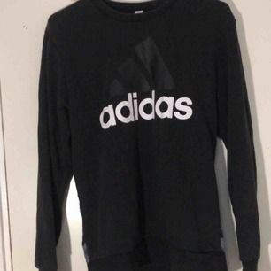 Adidas herrtröja. svart på framsidan me adidaslogga och grå militärmönstrat på baksidan