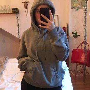 Super mysig och fin hoodie. Den är använd men syns inte på något sätt förutom att den inte är lika mjuk inuti