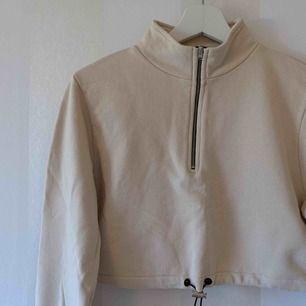 """""""Cropped Jersey Sweater"""" från NA-KD   Använd max 3 gånger så i fint skick   Nypris 399kr   Priset är inklusive frakten!"""