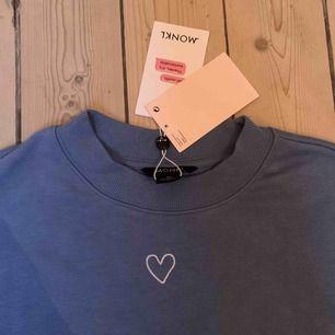 En lila collegetröja med ett gulligt litet hjärta på. Aldrig använd, till och med prislappen kvar. Nypris 200kr