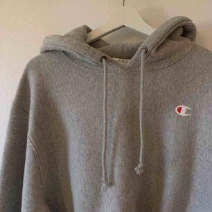 Cropped Champion hoodie som jag köpt här på Plick | Aldrig använd av mig | Misstänker att det är herrstorlek S | Priset är inklusive frakten!