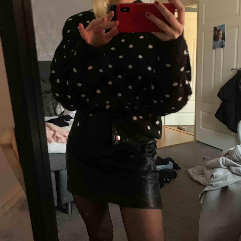 Så fin kjol ifrån Zara i läderimitation 🤠🤠🤠 så fin till vinter och varmare tider. Kjolar.