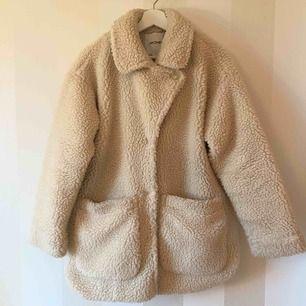 Teddy coat från Monki   Använd en vinter, i fint skick förutom att insidan blivit missfärgad pga svarta jeans! Men det är inget som syns när man har jackan på sig   Priset är inklusive frakten!   Nypriset var 700kr