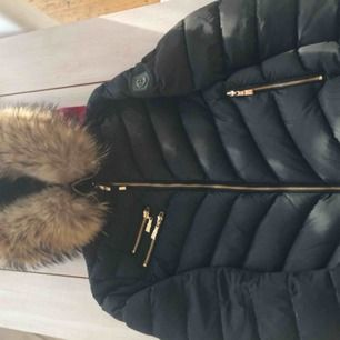 Köpt förra vintern, sparsamt använd, äkta päls,finns lite limm fläckar i luvan dock synd ej. Fint skick
