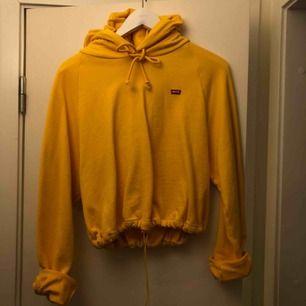 Superfin Levis crop hoodie i jätteskönt material, använd 1 gång. Inköpt ett halvår sen i dublin för 70€ resår i midjan, så passar typ alla storlekar. Jag är small o den sitter bra på mig då den ska vara oversize.