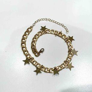 🌟 Choker i guld med stjärnor på. Köparen står för frakt, betalas via swish 🌟