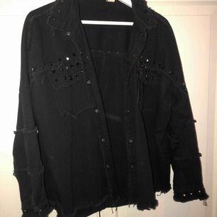 Skitsnygg svart skjorta med nitar, använd tre ggr så är så gott som ny. Strl M men är oversize fit så passar snyggt på L och S. Kan skicka på posten och mötas upp i Gbg💓