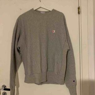 En jättesnygg Champion tröja som jag köpte i usa för ett tag sedan:) den har tyvärr inte kommit till användning, den är nästan helt oanvänd;) köparen står för frakten eller så kan jag mötas upp i sthlm 💓