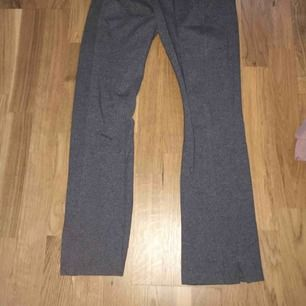 Ett par kostymbyxor med vida ben från lindex, har en slits på sidorna o en söm på byxorna.