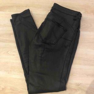Ett par svarta skinn byxor med bra kvalite, endast använda fåtal gånger. I storlek 36 från Mango.