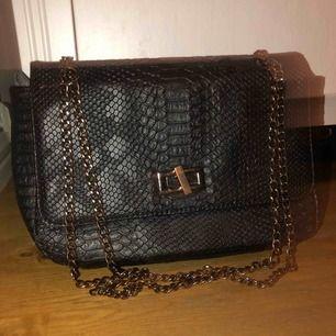 Cool (fake) ormskinn väska från Morgan! Justerbara kedjor!Sparsamt använd! Högsta budet får den!