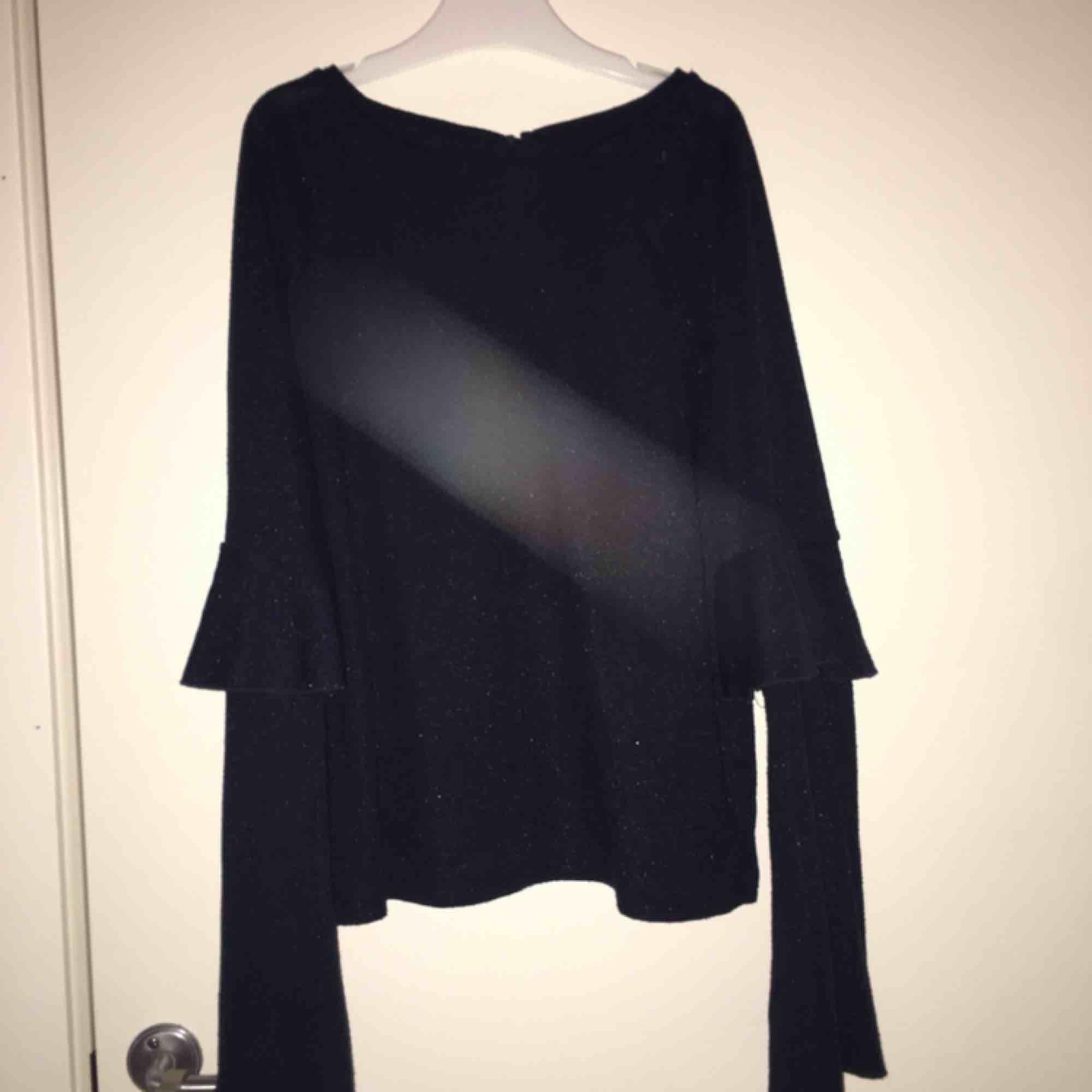 En fin blus med volanger från cubus, har använt den max 5 ggr jättefin till svarta utsvängda byxor. Blusar.