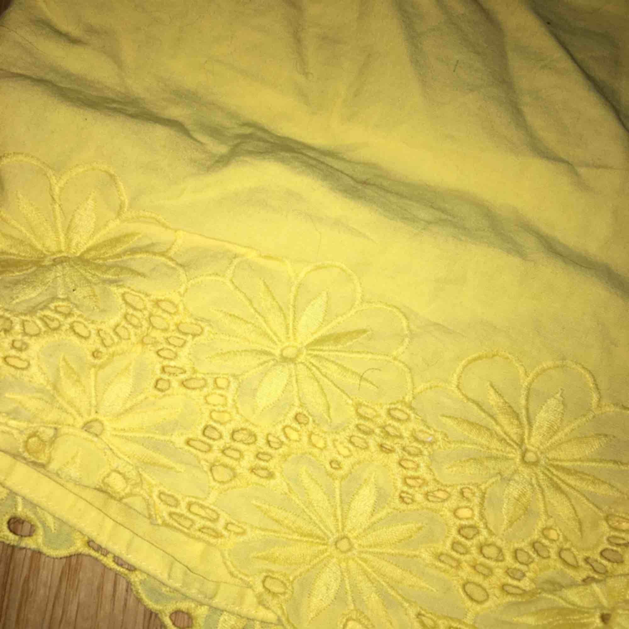 """gul fina shorts som är köpta på bikbok men jag tycker dem var lite för gula för min smak, man får till ett band som man knyter i midjan. spets på kanten av shortsen o på ändarna på """"skärpet"""". Shorts."""