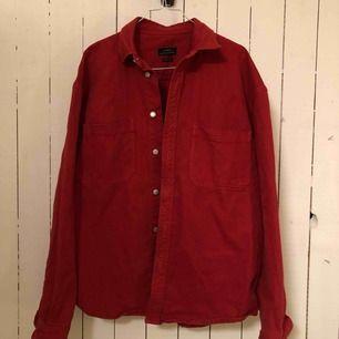 Helt ny jeansjacka/overshirt som endast är använd en gång!  Frakten är inte inkluderad i priset.