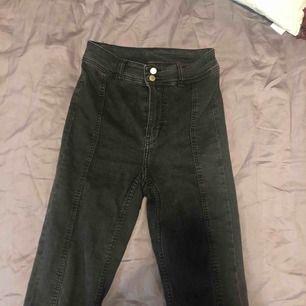 Säljer dessa snygga jeans för har inte fått någon användning av dem på längre plus att de är något försmå för mig. De är väldigt bekväma plus de sitter bra på benen, enligt mig! Kan mötas upp i köping eller västerås annars står du för frakten! :)