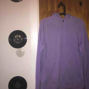Superfin ljus lila hoodie, jätte fin kvalitet/inga noppror :) använd få fånger och tvättad såklart, frakt tillkommer på ca 50 kr/ blå paket <3