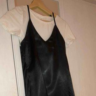 Svart siden klänning! Snyggt att styla med en T-shirt under oxå✌🏼 högst bud får den!